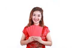 Año Nuevo chino feliz mujer asiática sonriente que sostiene el sobre rojo Fotografía de archivo libre de regalías