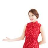 Año Nuevo chino feliz, mujer con el gesto agradable Foto de archivo libre de regalías
