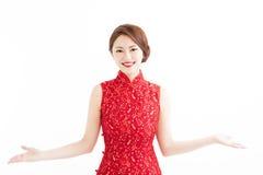Año Nuevo chino feliz, mujer con gesto de la presentación Fotos de archivo