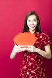 Año Nuevo chino feliz mujer joven con el sobre rojo Fotografía de archivo