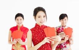 Año Nuevo chino feliz mujer que muestra el sobre rojo Fotos de archivo