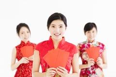Año Nuevo chino feliz mujer que muestra el sobre rojo Foto de archivo