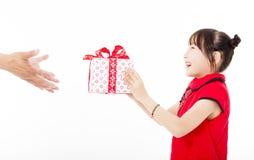 Año Nuevo chino feliz niña que da la caja de regalo Foto de archivo
