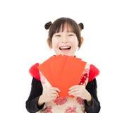 Año Nuevo chino feliz niña que muestra el sobre rojo Imagen de archivo
