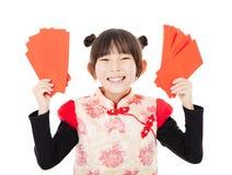 Año Nuevo chino feliz niña que muestra el sobre rojo Imagen de archivo libre de regalías