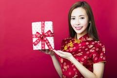 Año Nuevo chino feliz Rectángulo de regalo de la explotación agrícola de la mujer joven Imágenes de archivo libres de regalías
