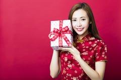 Año Nuevo chino feliz Rectángulo de regalo de la explotación agrícola de la mujer joven Fotografía de archivo