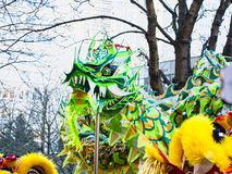 Año Nuevo chino París 2019 Francia - baile del dragón fotografía de archivo