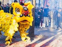 Año Nuevo chino París 2019 Francia - baile del león foto de archivo