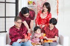 Año Nuevo chino que da los paquetes rojos Imagen de archivo