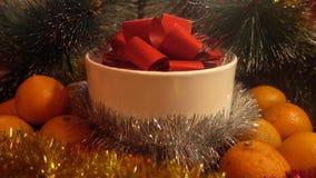 Año Nuevo Composición de la Navidad de la mandarina, de las ramas de árbol y del regalo Fotografía de archivo