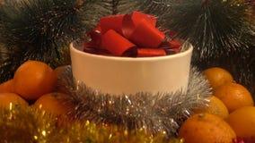 Año Nuevo Composición de la Navidad de la mandarina, de las ramas de árbol y del regalo Imagen de archivo