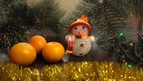 Año Nuevo Composición de la Navidad de mandarines, de ramas de árbol de navidad y de un muñeco de nieve Foto de archivo
