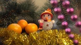 Año Nuevo Composición de la Navidad de mandarines, de ramas de árbol de navidad y de un muñeco de nieve Fotos de archivo libres de regalías