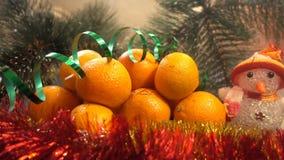 Año Nuevo Composición de la Navidad de mandarines, de ramas de árbol de navidad y de un muñeco de nieve Fotos de archivo
