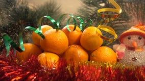 Año Nuevo Composición de la Navidad de mandarines, de ramas de árbol de navidad y de un muñeco de nieve Imagenes de archivo