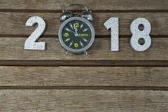 Año Nuevo 2018 con el alcance 12 del reloj mediados de noche de 00 relojes Foto de archivo