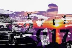Año Nuevo 2017 con la familia de la silueta que salta en el fondo de la montaña y del hombre Fotos de archivo libres de regalías