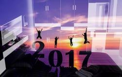 Año Nuevo 2017 con la familia de la silueta que salta en la montaña Fotos de archivo libres de regalías