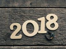 Año Nuevo 2018 con un zapato del caballo en la madera Imagen de archivo