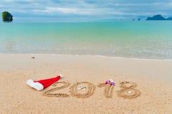 Año Nuevo concepto de las vacaciones de 2018 días de fiesta, 2018 escrito en la arena tropical de la playa Imagen de archivo