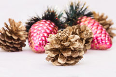 Año Nuevo, conos, bolas de la Navidad, la Navidad Fotografía de archivo libre de regalías