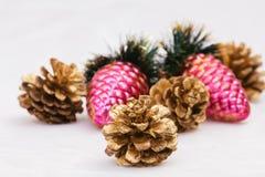 Año Nuevo, conos, bolas de la Navidad, la Navidad Foto de archivo