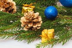 Año Nuevo, conos, bolas de la Navidad, la Navidad Fotos de archivo