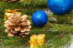 Año Nuevo, conos, bolas de la Navidad, la Navidad Imagen de archivo libre de regalías