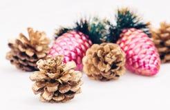 Año Nuevo, conos, bolas de la Navidad, la Navidad Imágenes de archivo libres de regalías