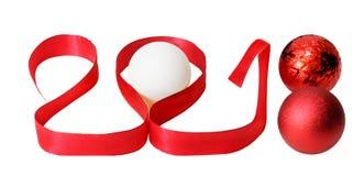 Año Nuevo 2018 3D rojo numera con las cintas y las bolas en un fondo blanco Fotos de archivo libres de regalías