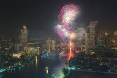 Año Nuevo de Bangkok del ` de los fuegos artificiales en Chao Phraya River, Tailandia Imagen de archivo