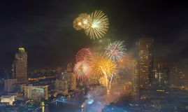 Año Nuevo de Bangkok de los fuegos artificiales en Chao Phraya River, Tailandia Imagen de archivo