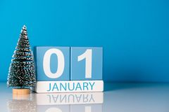 Año Nuevo 1 de enero día 1 del mes de diciembre, calendario con poco árbol de navidad en fondo azul Flor en la nieve Imagen de archivo