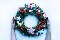 Año Nuevo de la guirnalda de la Navidad aislado en el fondo blanco Decoraciones de la Navidad Foto de archivo