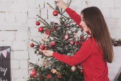 Año Nuevo de la muchacha con los presentes en manos Imágenes de archivo libres de regalías