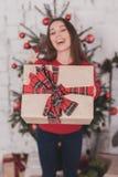 Año Nuevo de la muchacha con los presentes en manos Foto de archivo libre de regalías