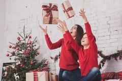 Año Nuevo de la muchacha y del niño con los presentes en manos Fotos de archivo libres de regalías