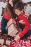 Año Nuevo de la muchacha y del niño con los presentes en manos Fotografía de archivo