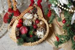Año Nuevo de la Navidad - cesta con los regalos Imágenes de archivo libres de regalías
