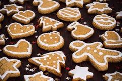 Año Nuevo de la Navidad de las galletas del pan de jengibre en cierre de madera de la tabla para arriba Fotografía de archivo