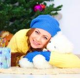 Año Nuevo de la noche Mujer con el oso de peluche Navidad Fotografía de archivo