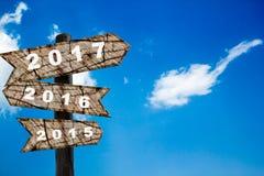 Año Nuevo de la señal de tráfico de madera con el cielo azul Foto de archivo libre de regalías