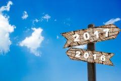 Año Nuevo de la señal de tráfico de madera con el cielo azul Fotografía de archivo libre de regalías