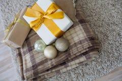 Año Nuevo de la tela escocesa de muchos regalos de la Navidad Foto de archivo