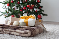Año Nuevo de la tela escocesa de muchos regalos de la Navidad Imagen de archivo