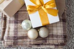 Año Nuevo de la tela escocesa de muchos regalos de la Navidad Imagenes de archivo