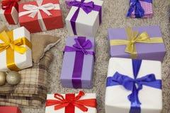 Año Nuevo de la tela escocesa de muchos regalos de la Navidad Imagen de archivo libre de regalías