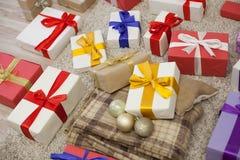 Año Nuevo de la tela escocesa de muchos regalos de la Navidad Fotos de archivo libres de regalías