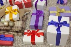 Año Nuevo de la tela escocesa de muchos regalos de la Navidad Fotografía de archivo libre de regalías